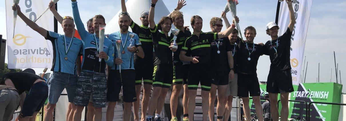 competitie - UHTT Podium Almere Duin 1210x423 - UHTT verstevigt koppositie in teamcompetitie triathlon op Super Sunday - triathlon, Marco, Jorrit, competitie, Charles, Bart, 2018